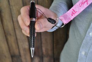 ネックストラップにボールペンを付けて使うイメージ